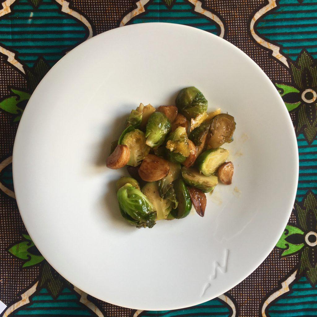 Plato de coles de Bruselas con ajos confitados